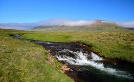 Isländische Landschaft mit einem Fluss und einem Berg Halbinsel Skagi lizenzfreies stockfoto