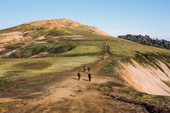 Isländische Landschaft mit Gebirgstouristen in Landmannalaugar Lizenzfreie Stockbilder