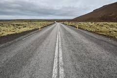Isländische Landschaft mit Landfahrbahn Lizenzfreie Stockbilder