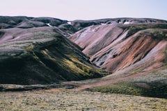 Isländische Landschaft Schöne Berge und vulkanischer Bereich Stockfotos