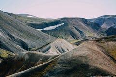 Isländische Landschaft Schöne Berge und vulkanischer Bereich mit Lizenzfreie Stockfotos