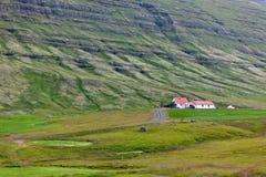 Isländische Natur-Landschaft mit Bergen und Wohnungen Stockbild