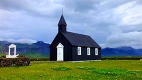 Isländische schwarze Kirche Stockfotos