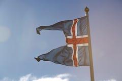 Isländische Staatsflagge im Wind Lizenzfreie Stockbilder