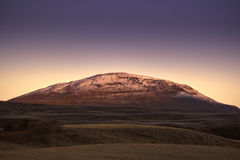 Isländischer Berg an der Dämmerung. Stockbild