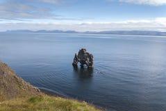 Isländischer Felsen durch das Meer lizenzfreie stockbilder