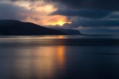 Isländischer Fjord im dunklen Zeitraum Lizenzfreie Stockfotografie