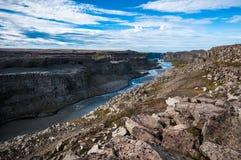 Isländischer Fluss, der in eine Schlucht fließt stockfotografie