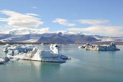 Isländischer Gebirgssee und -gletscher unter der Sonne Stockfoto
