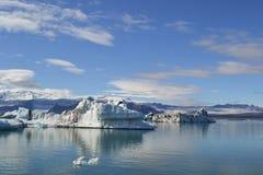 Isländischer Gebirgssee und -gletscher unter der Sonne Stockfotos