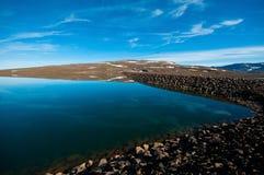 Isländischer See an einem sonnigen Tag stockfotos