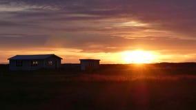 Isländischer Sonnenuntergang vor schöner Nacht im freien Campingplatz stockbild
