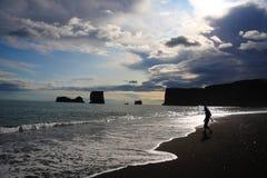 Isländischer vulkanischer schwarzer Strand Stockbild