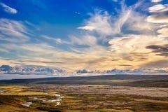 Isländisches ländliches Panorama mit grauen Wolken, grüne Felder, Hügel a lizenzfreies stockbild