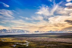 Isländisches ländliches Panorama mit grauen Wolken, grüne Felder, Hügel a stockbilder