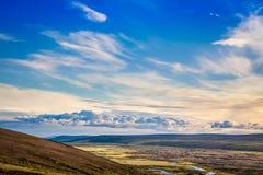 Isländisches ländliches Panorama mit grauen Wolken, grüne Felder, Hügel a lizenzfreies stockfoto