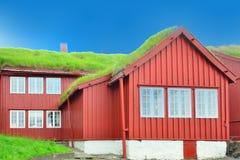 Isländsk byggnad med grästaket Royaltyfri Foto