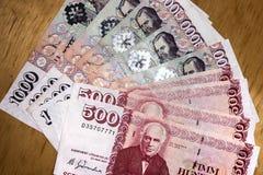 Isländsk kassa Pengar av Island Flera räkningar för isländsk krona på trätabellen Den isländska kronaen är den nationella valutan arkivfoto