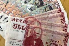 Isländsk kassa Pengar av Island Flera räkningar för isländsk krona på trätabellen Den isländska kronaen är den nationella valutan arkivbilder