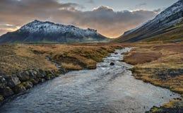 Isländsk solnedgång över floden och den Snaefellsjokull vulkan arkivbilder
