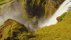 Isländsk vattenfall Skogafoss, sikt från den bästa observationsplattformen i solig sommardag stock video