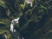 Isländska gröna kullar och panoramor arkivbilder