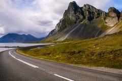 Isländska vägar - berg över havet Royaltyfria Bilder