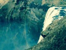 Isländska vattenfall med regnbågen Arkivbilder