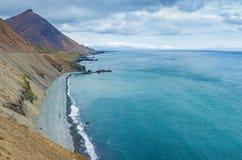 Isländskan seglar utmed kusten Royaltyfri Fotografi