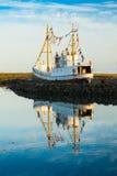 Isländskt fartyg på solnedgången Arkivbild