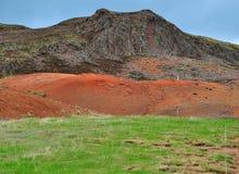 Isländskt landskap: apelsin och gräsplan Arkivfoto