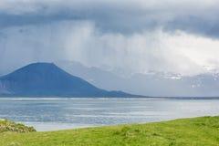 Isländskt landskap i regn Arkivbilder