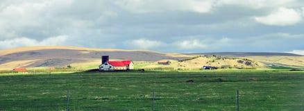 Isländskt landskap med ett hus Arkivbilder