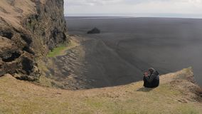 Isländskt landskap med klippor arkivfilmer