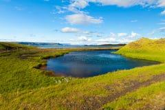 Isländskt landskap med sjön och havet Royaltyfri Bild