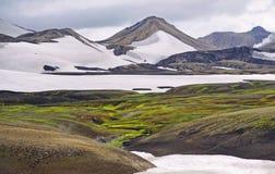 Isländskt landskap - panoramautsikt på den fantastiska dalen Arkivfoton