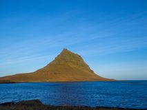 Isl?ndia - Kirkjufell famoso e o fiorde imagens de stock royalty free