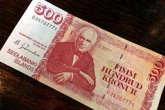 Isl?ndsk kassa Pengar av Island R?kning f?r isl?ndsk krona 500 p? tr?tabellen Den isl?ndska kronaen ?r den nationella valutan av  arkivbilder
