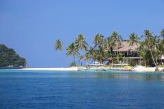 Isla abandonada con las palmas y una casa en el mar, EL Nido, isla de Palawan, provincia de Palawan, Filipinas Fotografía de archivo