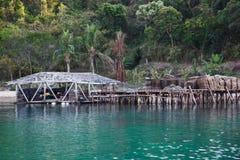 Isla abandonada con palmas y una casa Imagen de archivo