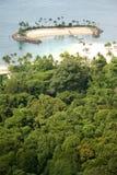 Isla aislada en las zonas tropicales Fotografía de archivo