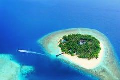 Isla alejada en el océano Imagen de archivo libre de regalías