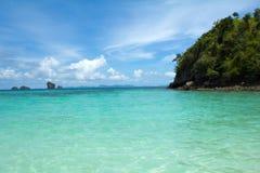 Isla alejada tropical en el océano Imagen de archivo libre de regalías