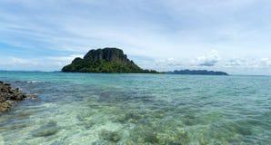 Isla alejada tropical en el océano Fotografía de archivo libre de regalías