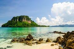Isla alrededor con agua de Transparance en Krabi Foto de archivo