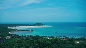 Isla azul Asia tropical de Tailandia de la naturaleza del cielo de la opinión de las palmas almacen de video