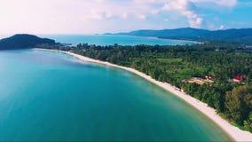 Isla azul Asia tropical de Tailandia de la naturaleza del cielo de la opinión de las palmas de la aleación de aluminio almacen de metraje de vídeo
