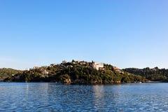 Isla cerca de Parga, Grecia, Europa Imagen de archivo