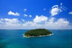 Isla con el cielo azul claro Phuket Fotos de archivo