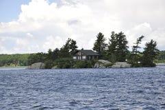 Isla con el puente más pequeño entre la frontera los E.E.U.U. y Canadá a partir de mil archipiélagos de las islas Imagenes de archivo